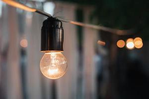 guirnalda decorativa de viejas bombillas incandescentes en la noche foto