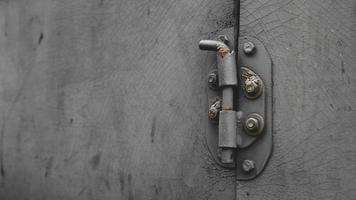Puerta de metal con perno en estilo sucio con espacio de copia foto