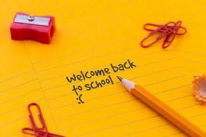 papelería de regreso a la escuela y hoja de papel naranja foto