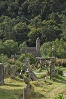 Ruinas de un asentamiento monástico, construido en el siglo VI en Glendalough, Irlanda foto