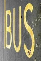 parada de autobús con texto amarillo foto