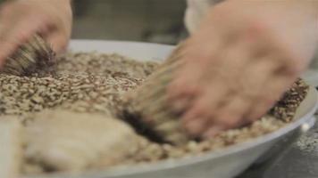 múltiplas perspectivas de um chef de padaria enrolando porções de pão em cereais video