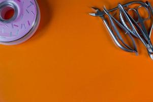 un conjunto de herramientas cosméticas para manicura y pedicura foto