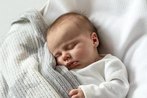 Un retrato de cerca de una niña que duerme en una cuna o cuna foto