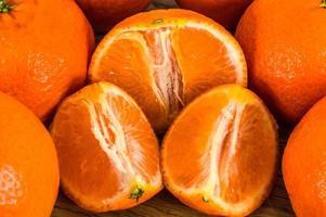 Mandarinas naranjas, cáscara de mandarina o rodaja de mandarina aislado sobre fondo blanco. foto