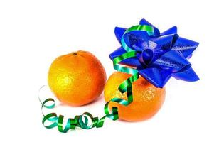 Mandarinas naranjas con adornos navideños aislado sobre fondo blanco. foto