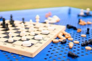 tablero de ajedrez y piezas en la mesa foto