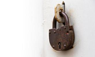 Fondo de puerta con cerradura en material metálico y copyspace en la pared foto