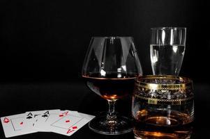 vasos con diferentes bebidas brandy whisky champagne o bourbon foto