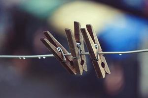 pinza de madera en la cuerda foto