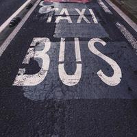 parada de taxis y señal de tráfico de la parada de autobús en la calle foto