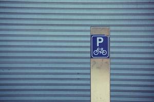 Señal de tráfico de bicicletas en la calle de la ciudad de Bilbao España foto