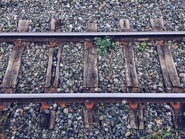 vía de tren en la estación. foto