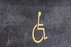 Señal de tráfico en silla de ruedas en la calle. foto