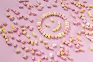Vista superior de malvaviscos multicolores en forma de emoticón foto