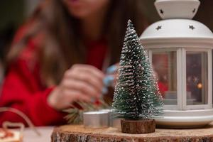 Juguete decorativo del árbol de navidad de pie sobre un soporte de madera foto