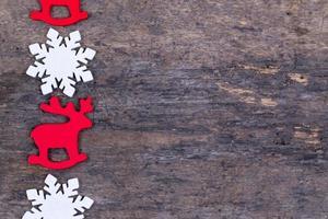 Fieltro juguetes o adornos navideños sobre un fondo de madera foto