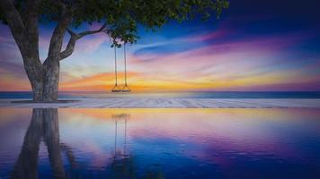 3D-rendering beelden van schommel onder de boom geplaatst op het houten dek met lucht en zee als achtergrond en zwembad als voorgrond video