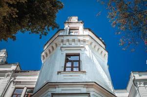 torre blanca de la finca tereshchenko en andrushevka foto