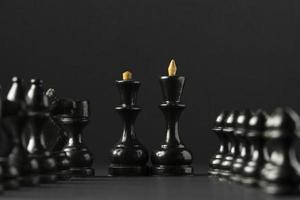 Piezas de ajedrez negras sobre fondo negro foto
