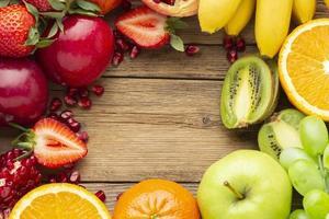 Arreglo de frutas frescas con espacio de copia foto