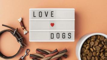Accesorios para mascotas bodegón con cuenco de comida y collar. foto