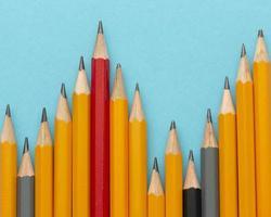 lápices de vista superior sobre fondo azul foto