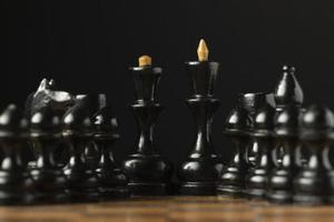 piezas de ajedrez negras en el tablero de ajedrez piezas de rey y reina foto