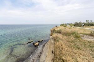Costa del mar Báltico alemán con dunas de arena hierba agua y cielo foto