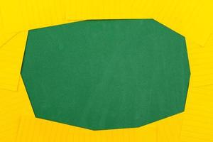 una hoja de papel naranja se encuentra sobre una junta escolar verde que constituye un marco para el texto foto