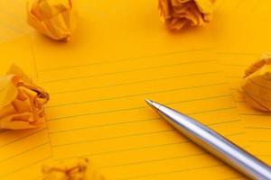hojas de papel naranja, bolígrafo y espacio vacío para el texto foto