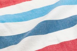 Hermoso fondo de verano hecho de tela a rayas de delicados colores rojo y azul. foto