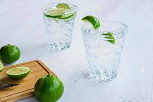 un vaso de refresco de limón y lima en la mesa foto