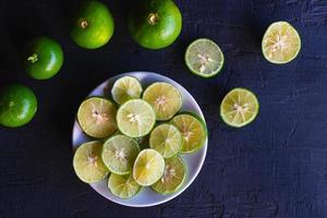 toboganes de limón fresco en un plato foto