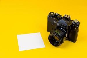 Cámara de película plana laica aislada sobre fondo amarillo foto