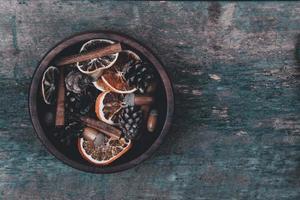 mandarinas, conos y especias sobre un fondo de madera foto