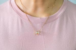 colgante de diamantes en oro 9k con collar foto