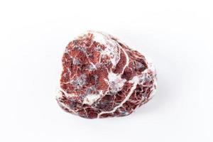 Piedra mineral de cerca aislado sobre un fondo blanco. foto