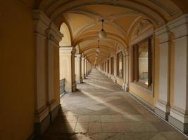 perspectiva de la galería de arquitectura clásica que conduce a la distancia foto