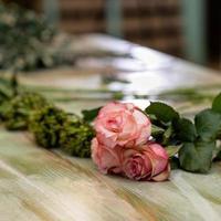 sola flor rosa en la mesa foto