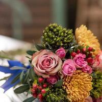 Hermoso ramo de flores en la mesa con equipos de floristería de ramo foto