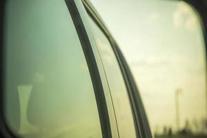 cielo reflejado en las ventanas de un coche foto