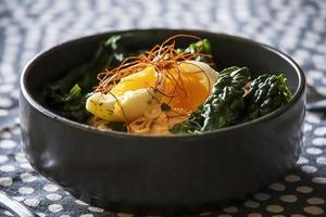 huevo sobre col rizada y fideos ramen foto