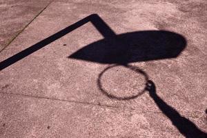Sombras de la canasta de la calle en el suelo foto