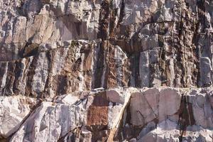 la roca de granito llena de explosiones foto