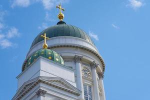 Las torres de la catedral de Helsinki contra el cielo azul foto