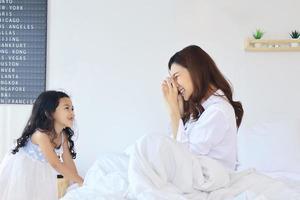hija de la infancia cuidando a una madre que está enferma en casa foto