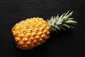 Fotografía de una piña victoria sobre un fondo de pizarra para la ilustración de alimentos foto