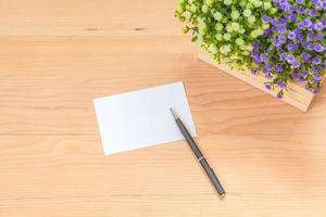 nota de papel sobre fondo de madera foto