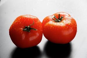 tomates frescos con gotas de agua foto